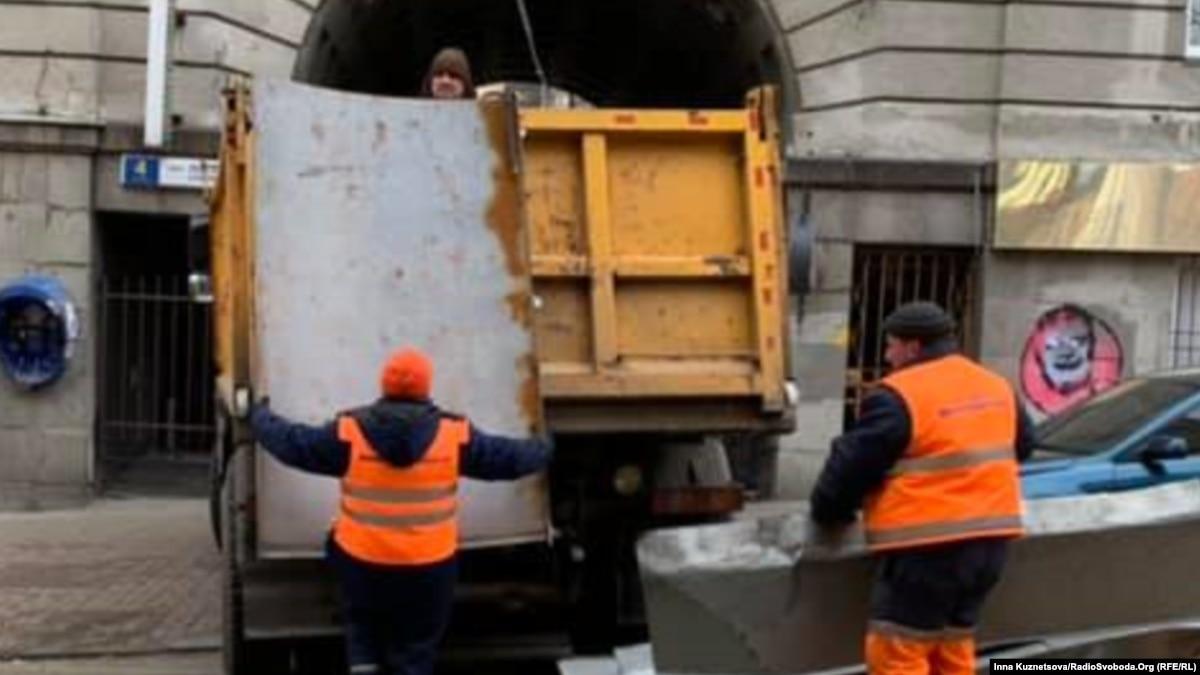 Коммунальщики Киева очистили пророссийские билборды, трем задержанным полиция выдвигает «самоуправство»