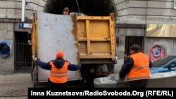 Комунальні служби виявили та прибрали 17 постерів на 10 білбордах (фото ілюстративне)