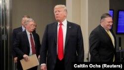 دونالد ترامپ (وسط)، وزیر خارجهاش مایک پومپئو (راست) و مشاور امنیت ملیاش جان بولتون در هنگام حضور در نشست مجمع عمومی سازمان ملل در مهرماه ۹۷