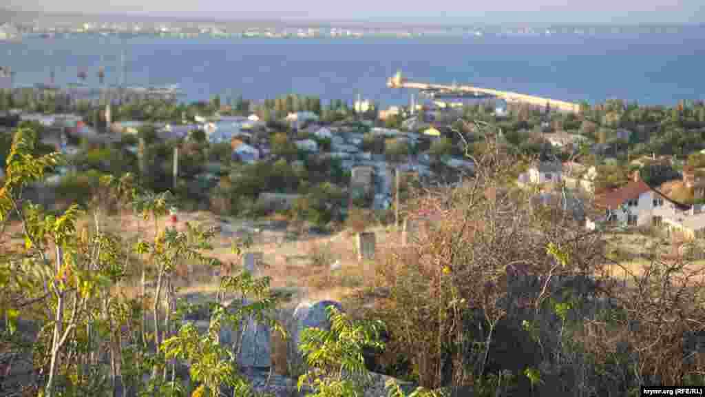 Вид, открывающийся с кладбища на Феодосию