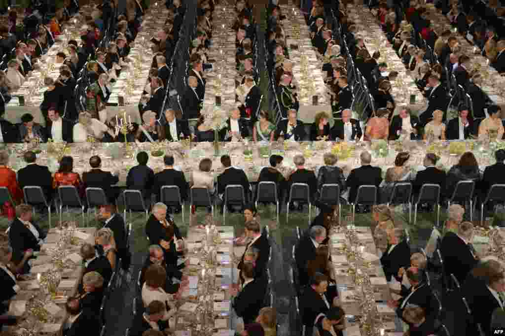 Nobel laureates and guests are seated in the Blue Hall to attend the Nobel banquet at City Hall in Stockholm. (Reuters/Jessica Gow/Scanpix)