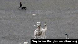 Piazza del Popolo, unul dintre simbolurile Romei, pustiită de măsurile menite să împiedice răspândirea Covid-19, care a fost depistat la 28.000 de italieni