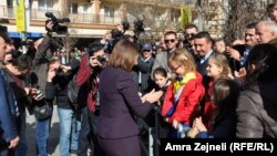 Presidentja e Kosovës, Atifete Jahjaga, duke takuar qytetarët në përvjetorin e tetë të pavarësisë. Prishtinë, 17 shkurt 2016.