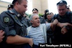 Гарри Каспаров (ородо) Орусиядагы акциялардын биринде. 2012-жыл