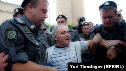 Opposition figure Garry Kasparov being detained by police on August 17.