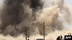 Pobunjenici beže od bombi avijacije Moamera Gadafija na periferiji grada nafte, Ras Lanuf, 07. mart 2011.