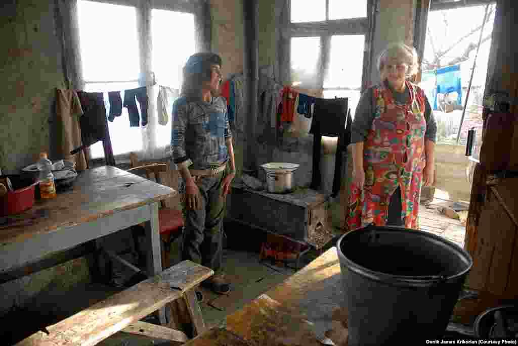 Несмотря на мир в отношениях между национальностями в Цопи, многие жители деревни, как, например, эта армянская семья, страдают от бедности.