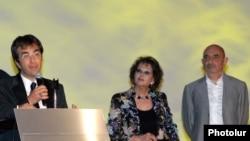 Հայաստան – Կանադահայ կինոռեժիսոր Ատոմ Էգոյանը (ձախից) եւ իտալացի դերասանուհի Կլաուդիա Կարդինալեն «Ոսկե ծիրան» փառատոնի բացմանը, 11-ը հուլիսի, 2010թ.
