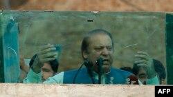 Пакистандын өкмөт башчысы Наваз Шариф ок өтпөс айнектин артына туруп сүйлөдү.