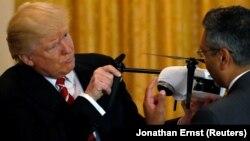 Дональд Трамп во время обсуждения вопросов высоких технологий с главой компании Kespry, выпускающей дроны, Вашингтон, 22 июня 2017