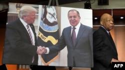 Elajdža Kamings prolazi pored fotografije Donalda Trampa i ruskog šefa diplomatije Sergeja Lavrova