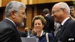 علی اصغر سلطانیه (چپ)، نماینده ایران در آژانس، در حال گفت و گو با دیپلمات های غربی.