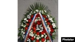 Հայոց ցեղասպանության զոհերի հուշահամալիրում ԱՄՆ-ի պետքարտուղար Հիլարի Քլինթոնի տեղադրած ծաղկեպսակը, Երեւան, 5-ը հուլիսի, 2010թ.