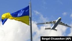 Украинский АН-225 «Мрія», самый большой в мире грузовой самолет, пролетает над майданом Независимости в Киеве во время репетиции военного парада в честь Дня Независимости Украины. Киев, 21 августа 2009 года