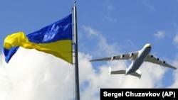 Літак «Мрія» Антонова Ан-225 в небі над Києвом