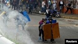 مخالفان از روز سهشنبه در خیابانهای پایتخت و تعدادی از شهرهای دیگر، سنگربندی کردهاند.