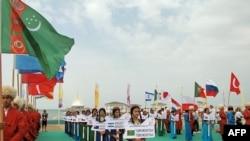 80 prosent çemesi territoriýasyny çöl tutýan Türkmenistan windsörfiň boýunça dünýä çempionatyna gapysyny açdy. 1-nji iýul, 2014.