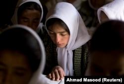Un grup de fete afgane, la liceul Ishkashim pentru fete, din provincia nord-estică Badakhshan, în apropiere de granița cu Tadjikistan. Fotografie realizată la data de 23 aprilie 2008.