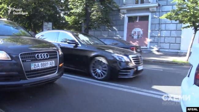 Далі Mercedes зі «слугою народу» за кермом перетнув подвійну суцільну і виїхав на зустрічну смугу транспорту, аби не стояти в заторі