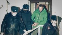 پلیس مسکو در حال انتقال آلکسی ناوالنی، از منتقدان سرسخت ولادیمیر پوتین