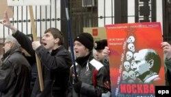 Акция протеста против визита Путина у посольства РФ в Киеве