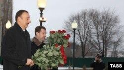 Ռուսաստանի եւ Ադրբեջանի նախագահները ծաղիկներ են դնում Հեյդար Ալիեւի հուշարձանին, Ուլյանովսկ, 24 նոյեմբերի, 2009