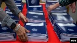 """Copii ale Bugetului """"America First"""" al președintelui Trump într-o librărie la Washington"""