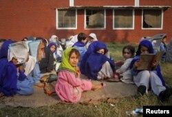 Талибандар жарып жіберген мектепте оқитын қыз балалар ашық далада сабақта отыр. Суаби қалашығы, Пәкістан 15 қараша 2011 ж.