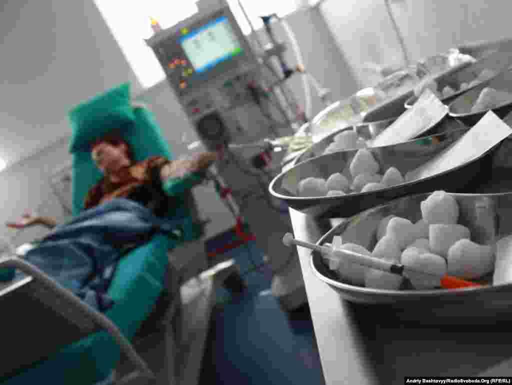 Близько 3,5 тисяч українців, хворих на гостру і хронічну ниркову недостатність, лікуються методом гемодіалізу (очищення крові).