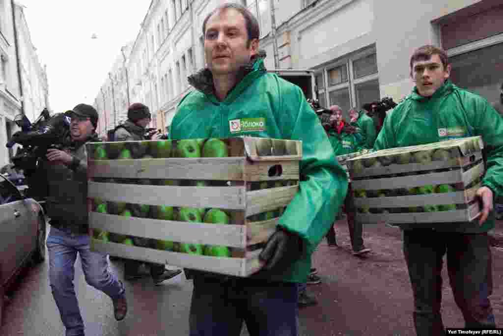 """Коробки, стилизованные под ящики с яблоками разгрузили активисты """"Яблока"""""""