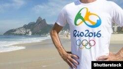 Человек в футболке с изображением логотипа Олимпийских игр в Рио-де-Жанейро. Иллюстративное фото.