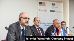 Мильенко Вахтарич (на переднем плане)