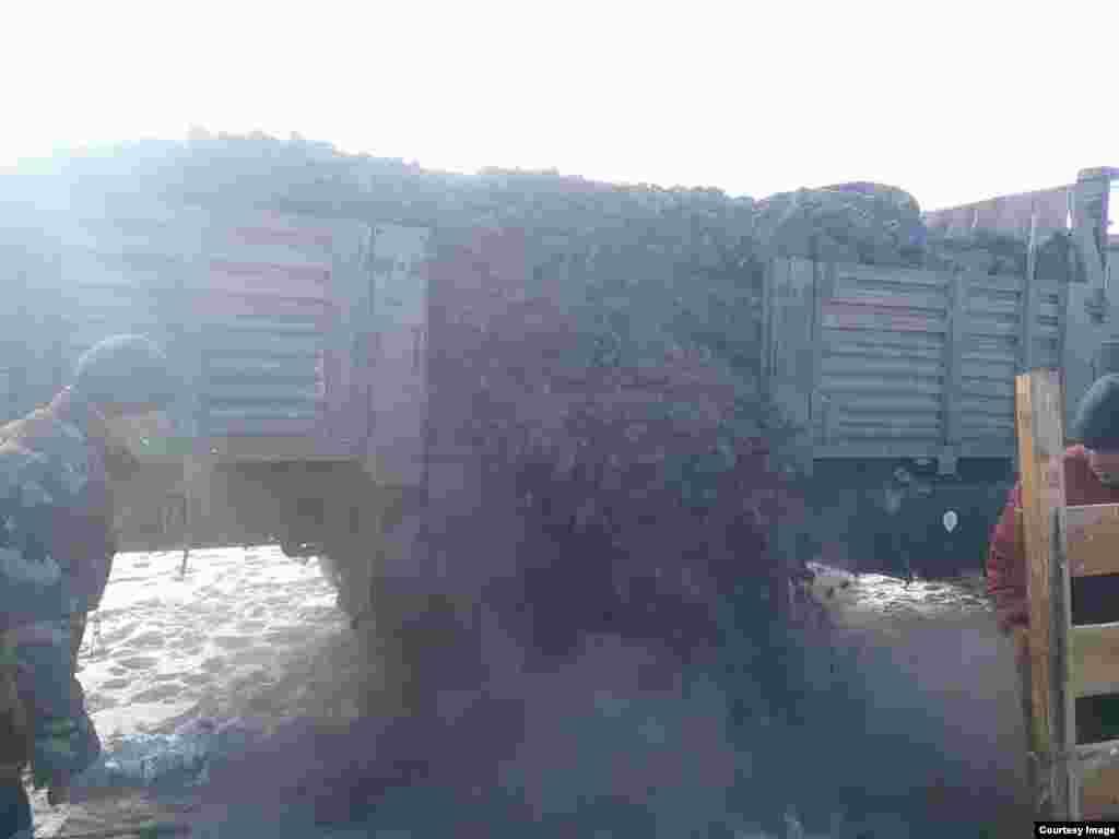 Семья в Баян-Улгийском округе принимает уголь, доставленный благодаря помощи казахской диаспоры во Франции.