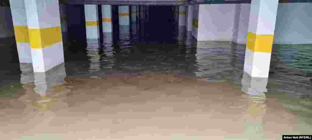 Kështu duket një garazh i një ndërtese në Fushë Kosovë, pas vërshimeve.
