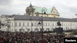 Варшава шаарында президенттин резиденциясына миңдеген кишилер келип гүлдестелерди коюп кетишүүдө.