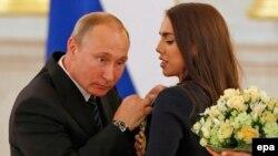 ولادیمیر پوتین در حال اعطای نشان حکومتی به مارگاریتا مامون، ژیمناست روس