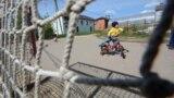 Посёлок в посёлке на улице Яркой. Дети здесь чувствуют себя в безопасности. Пока.