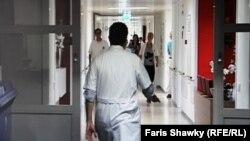 Доктор идет по коридору. Иллюстративное фото.