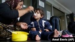 Baka iz Iraka hrani unuka na Željezničkoj stanici u Sarajevu, ilustrativna fotografija