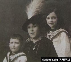 Бабуля Аляксандра з сынам Яўгенам і дачкой Аленай (мамай мастачкі). 1914 г.