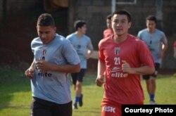 Казахстанский футболист Рауан Сариев (справа) на тренировках в составе бразильской команды.