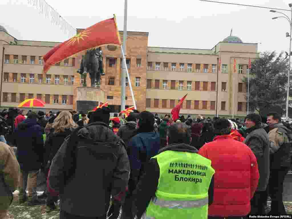 МАКЕДОНИЈА - Вашата позитивна одлука тука во Собранието денеска ја приближува Македонија до членството во НАТО, до моментот кога македонското знаме гордо ќе се вее на јарболот во Брисел со знамињата на останатите земји-членки, но исто така и ја прави извесна можноста во јуни да ги отвориме првите поглавја во преговорите со Европската унија, кои треба да ги затвориме во 2025 година, изјави премиерот Зоран Заев на собраниската седница за уставни измени. Во исто време пред Собранието се одржуваше протест против промената на името и Уставот на државата.