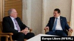 Directorul CIA John O. Brennan (stînga) cu directorul SRI George Maior, București, 18 iunie 2013.
