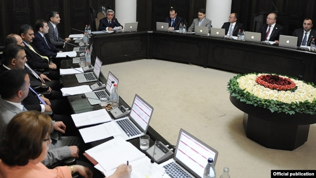 Armenia - President Serzh Sarkisian (C) chairs the opening session of his newly appointed cabinet in Yerevan, 18Jun2012.