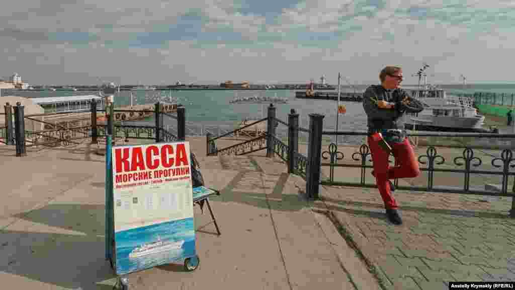 «Зазывала» на морские прогулки в ожидании клиентов