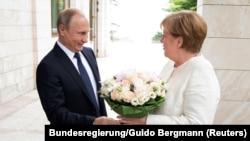 Володимир Путін зустрічає Анґелу Меркель у Сочі, Росія, 18 травня 2018 року