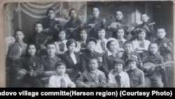 Скадовский райондук олимпиадасына катышкан Чалбасыдагы кыргыз мектептин окуучулары. 1936