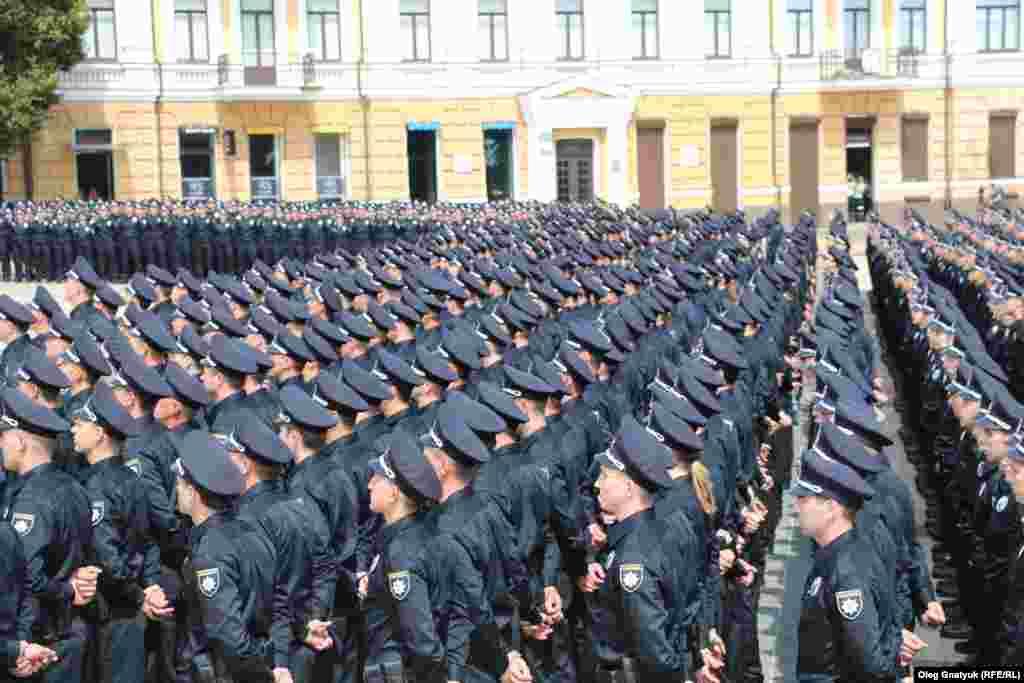 Поліцейські вишикувалися перед початком церемонії