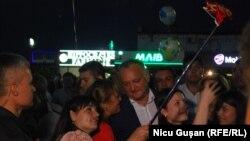 Президент Молдовы Игорь Додон (в центре) в Гагаузии. Комрат, 19 августа 2017 года.