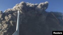 Облако пыли рядом с вулканом Эйяфьядлайёкюдль в мае 2010 года